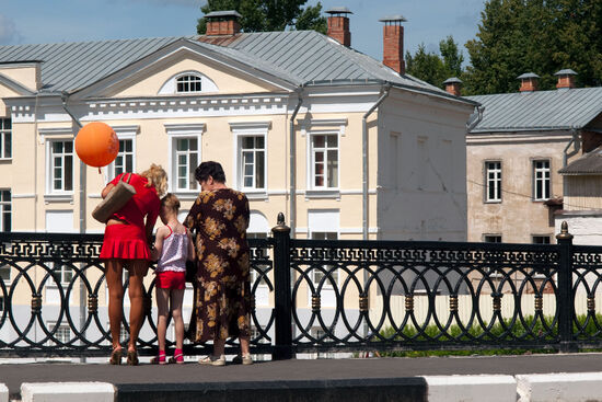Three generations on the Pushkin bridge in the heart of Vitebsk, Belarus (photo © hidden europe).