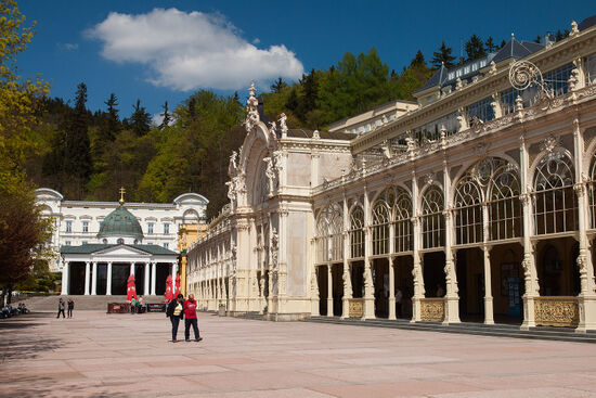 The main spa colonnade at Mariánské Lázne with the neoclassical portico leading to the Kreuzquelle at its end (photo © hidden europe).